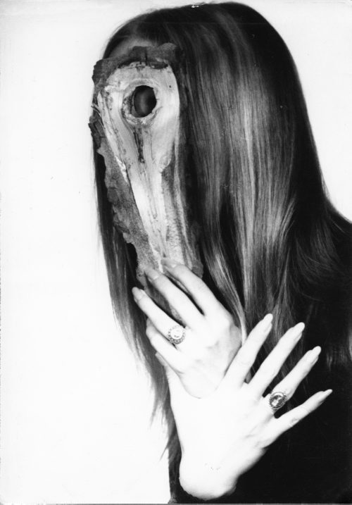 Portret kobiety z kawałkiem drewna.