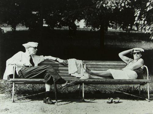 Stara kobieta i mÍNczyzna leNLcy na ?awce w parku